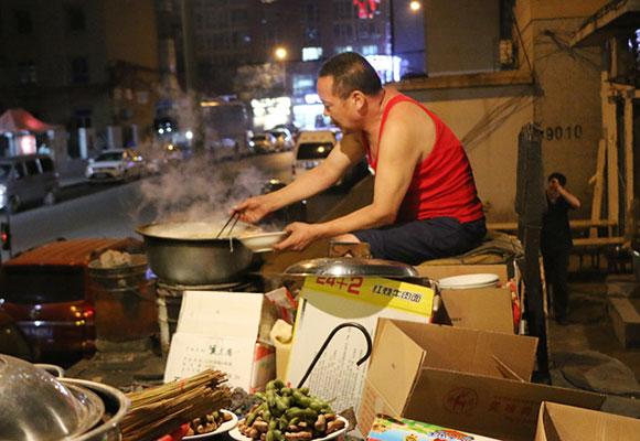 挑战深夜食堂 中国老汉卖方便面年入百万