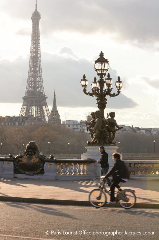 """""""浪迹""""巴黎街头 换个姿势更文艺"""