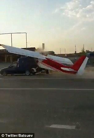 俄小飞机公路起飞不慎撞上轿车场面惊心动魄