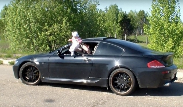 俄男子单手将女儿悬举高速行驶车窗外遭谴责