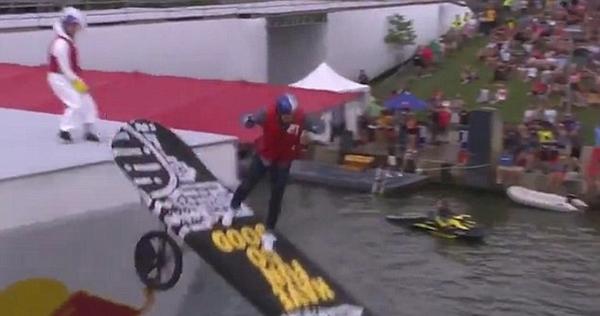 美飞行大赛选手比赛时滑板失控落水受伤