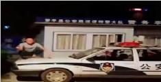 男子脚踏警车自拍上网炫耀 警方:我们在等你!