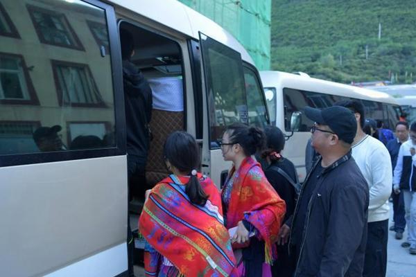 震区游客被安全转移:哭着给家人报平安