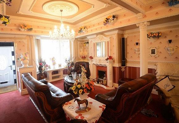 英国男子花20年将旧房改造成现代化居所