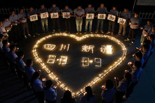 民众点燃心形烛光为地震灾区人们祈福