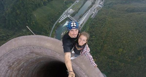 恐高慎点!情侣365米高烟囱顶行走自拍