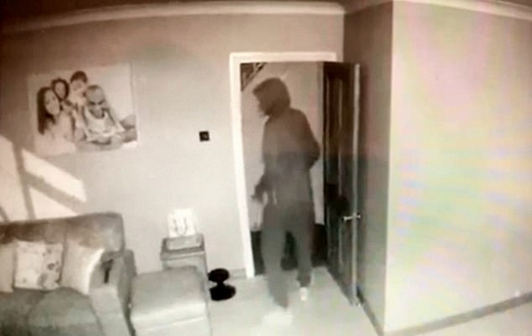 绝望!英夫妇旅游时眼看家中被盗无力阻止