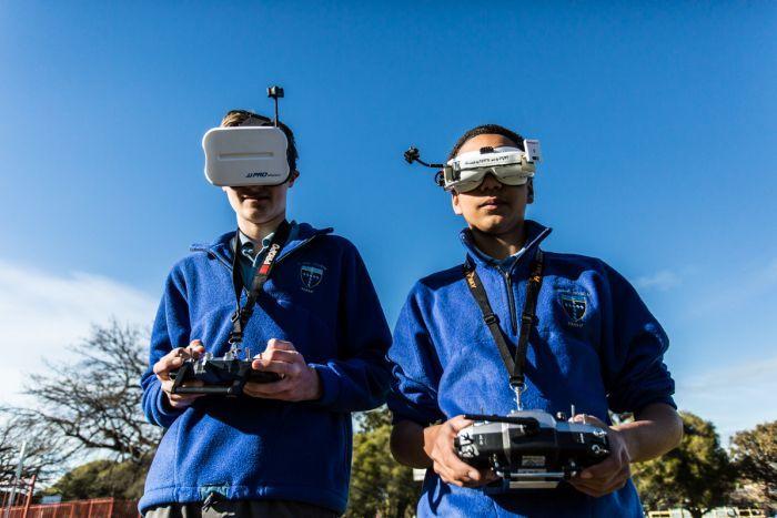 16岁外籍少年当老师传授如何使用无人机及飞行技能