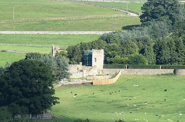 英公园内一城堡因无建筑许可被勒令拆除