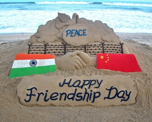 2017年8月5日,印度奥里萨邦普里,艺术家制作沙雕庆祝国际友谊日。