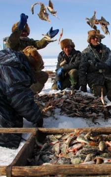 2009年3月,俄罗斯布里亚特共和国的捕鱼人。