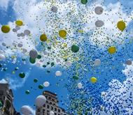 2016年12月30日,巴西圣保罗放飞气球迎接新年。
