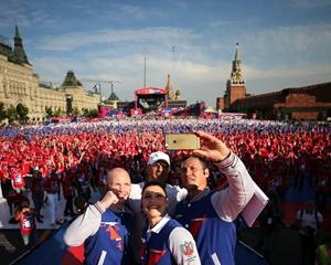 2017年7月22日,俄罗斯莫斯科,人们在红场庆祝拳击日的到来。
