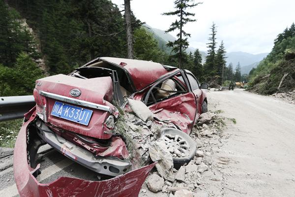 实拍震后九寨沟:著名山路九道拐发生垮塌 汽车被砸毁