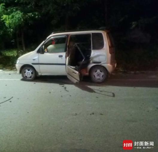 小学女生地震时跳车自救 十几秒后车被巨石砸穿