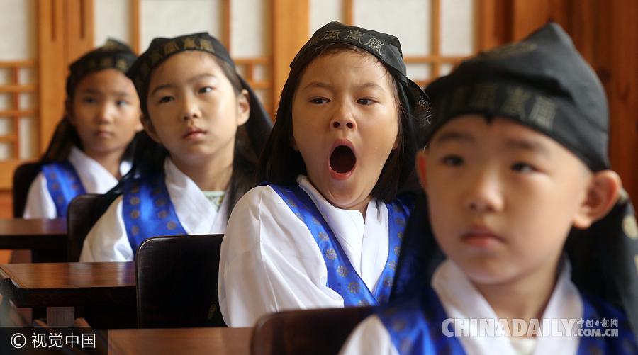韩国小学生穿传统服装上学堂 哈欠连连表情呆萌