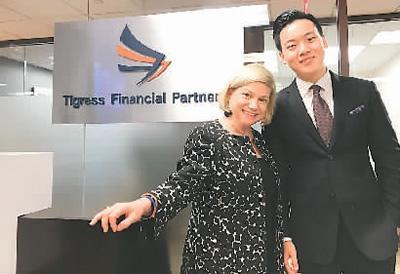 中国侨网实习机会来之不易,赵新渝分外珍惜。图为赵新渝(右)实习最后一天与公司老板合影。