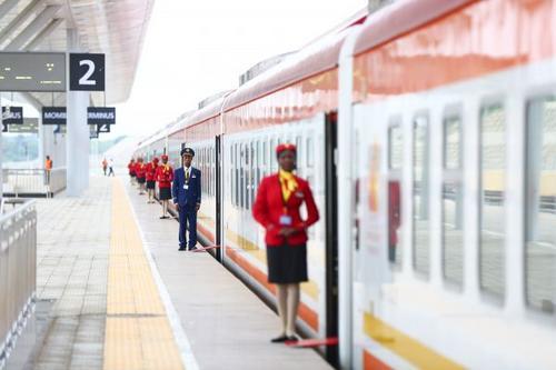 中国侨网资料图片:5月31日,由中国企业承建的肯尼亚蒙巴萨-内罗毕标轨铁路(蒙内铁路)正式建成通车。在肯尼亚蒙巴萨,蒙内铁路列车员在站台等候旅客登车。新华社记者潘思危摄