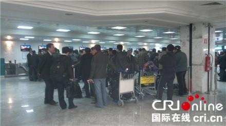 2月27日凌晨,在利比亚的华人撤到突尼斯机场(李亚强供图)