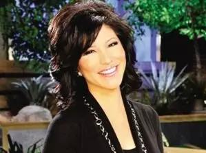 """她接受了经纪人的建议:整容,让自己看起来更""""不像华人""""。"""
