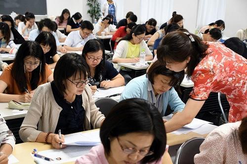 中国侨网认真学习汉语。(日本《中文导报》)