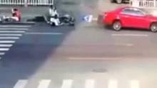 两车斑马线前别车 过马路行人遭横扫齐刷刷倒地