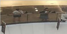 母亲把孩子放商场中庭扶手休息 吓坏网友