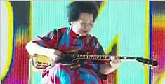 新加坡81岁摇滚奶奶苦练吉他21年 登国庆舞台