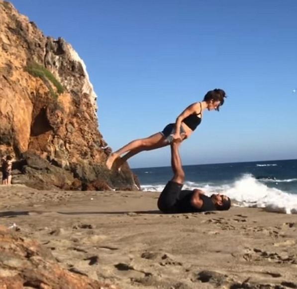 囧!浪漫情侣海边秀花式瑜伽被海浪冲倒