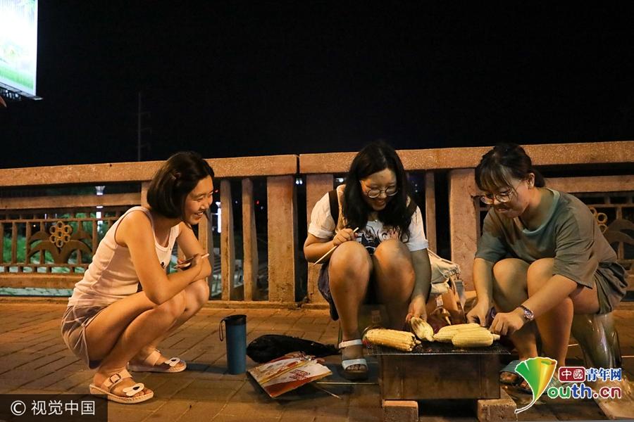 女大学生夜间摆摊烤玉米 卖不出去就自己吃