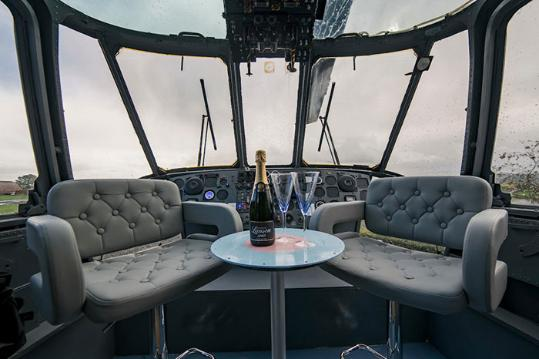 英国农民夫妇花33万元将海军直升机改成豪华民宿