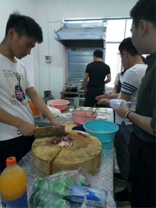 """大学生创办""""共享厨房"""":十元用一次,学校审核食材"""