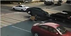 轿车车速过快为避让撞隔离墩侧翻 司机:故意的