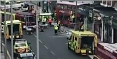 伦敦一辆双层大巴撞进路边商店 已致6人受伤