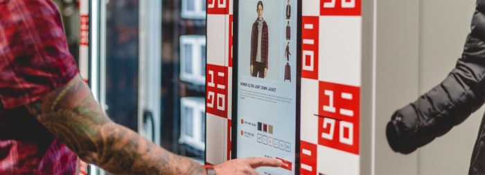 优衣库也推出了个自动售货机 可买T恤内衣羽绒服