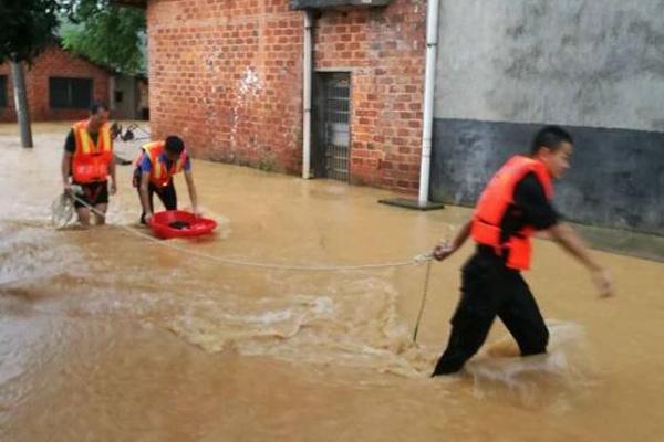 湖南岳阳降暴雨 警察用脚盆转移婴儿