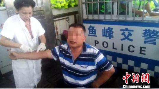 广西一司机酒后逆向行驶 辱骂殴打协警被拘