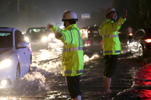 山西运城遭强降雨 交警深夜雨涝中执勤
