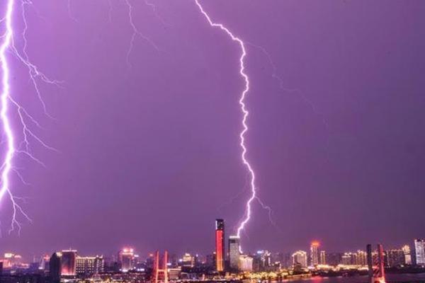 南昌暴雨 闪电劈向高楼