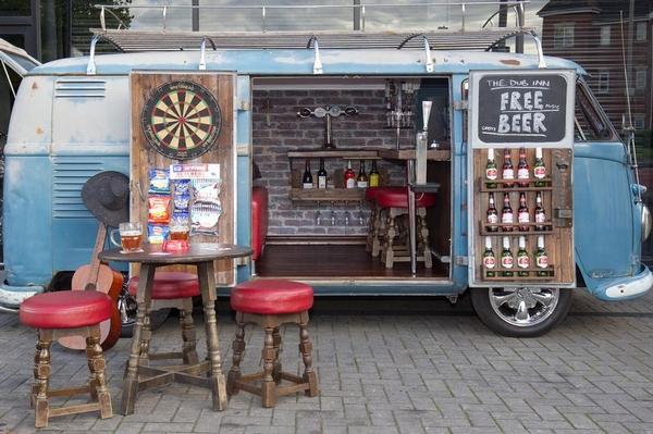 麻雀虽小五脏俱全 英男子将露营车改造成酒吧