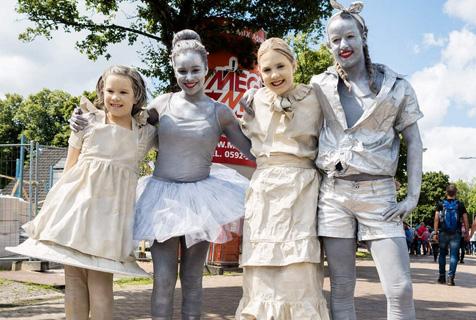 荷兰洛尔德雕像节 民众争先合影