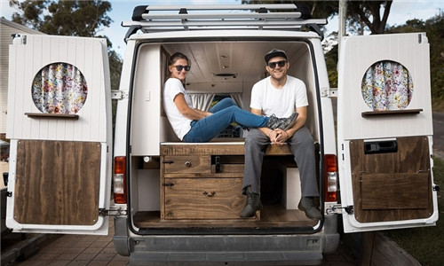 澳年轻夫妇蜜月旅行后选择房车生活