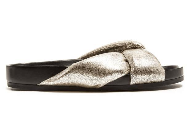 告别人字拖 蔻依金色拖鞋为夏季注入时尚活力