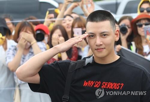 韩演员池昌旭顶板寸头入伍服役 众多粉丝送行