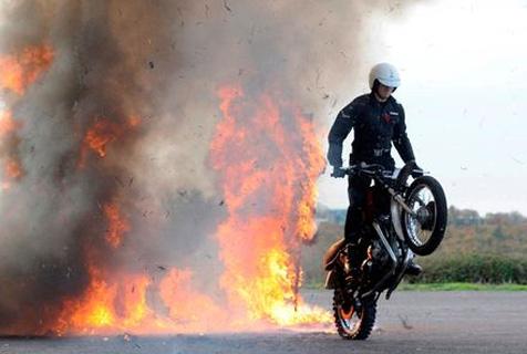"""英军""""白头盔""""摩托队将上演90年历史中最后一秀"""