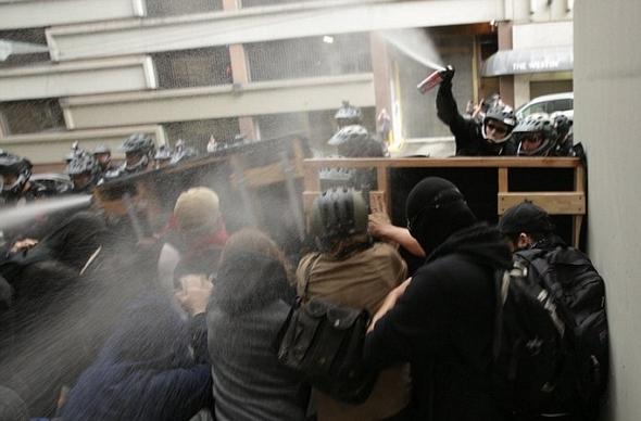 夏洛茨维尔暴力事件持续发酵 网友指认游行参与者