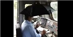 印火车漏雨司机撑伞开车