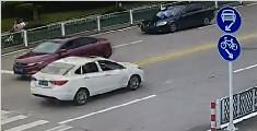 司机顶交警开了一公里 众人见义勇为逼停肇事车