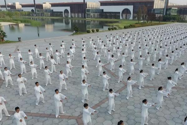 千余人共同演练太极拳:场面震撼