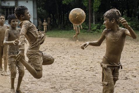 孟加拉孩子的童年 泥地足球乐趣无穷